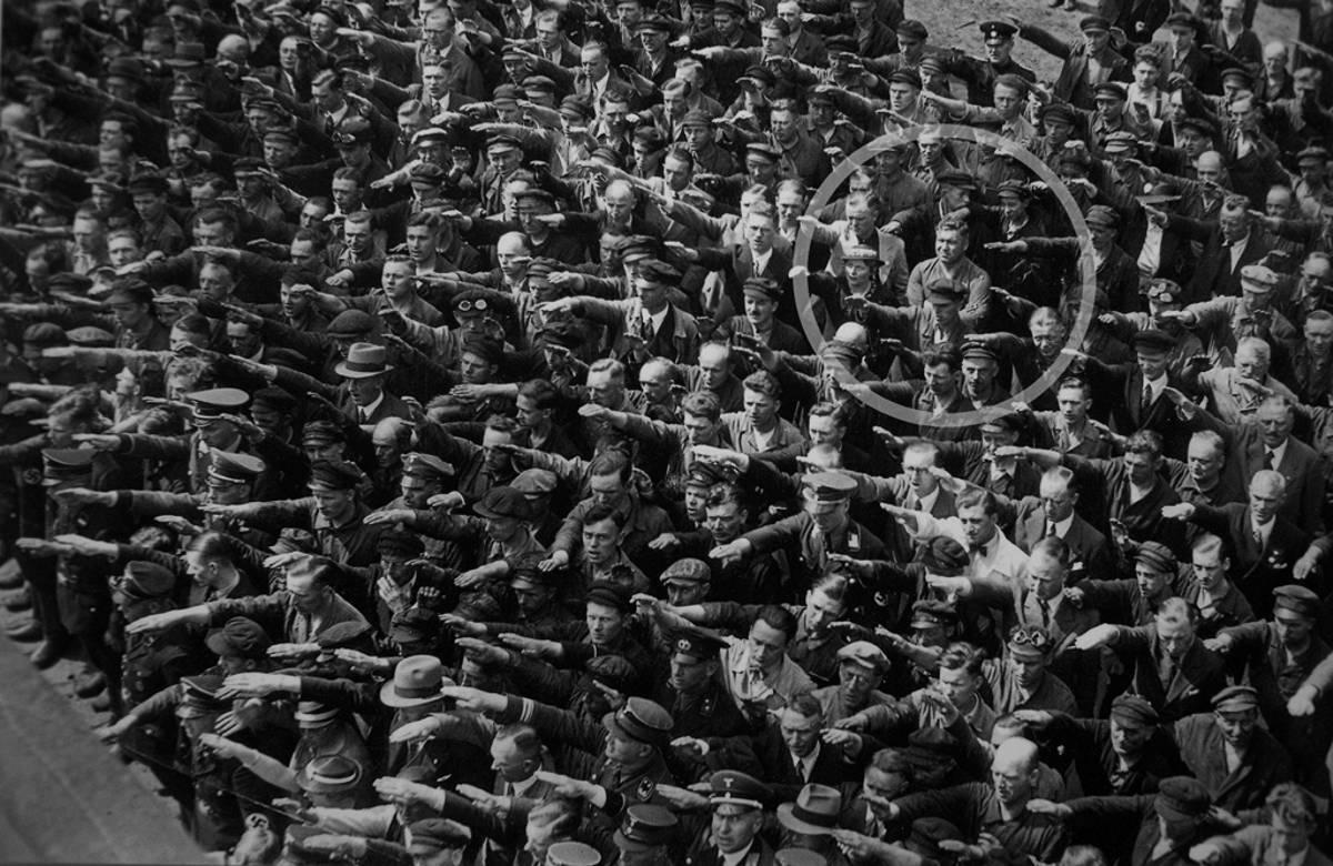 1936. Az ember, aki nem mondta HEIL. August Landmesser is a náci párt tagja volt 1935-ig, amikor zsidő nőt vett feleségül. Nem értett egyet a náci zsidóellenességgel..jpg