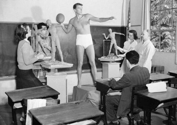 1940. Ronald Reagan későbbi elnök szobrászhallgatóknak áll modellt. Fiatal voltam, kellett a pénz mondta a Blikk újságírójának..jpg