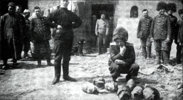 1912. Mandzsúria. Orosz tisztek állnak a frissen lefejezett kínai bűnözők fejei fölött..jpg