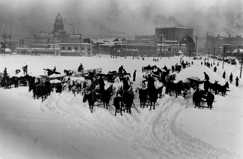 1913. Hóvihar után a Denver belvárosi utcáit elborító havat lovasszekerekkel hordták ki a város külső területeire..jpg