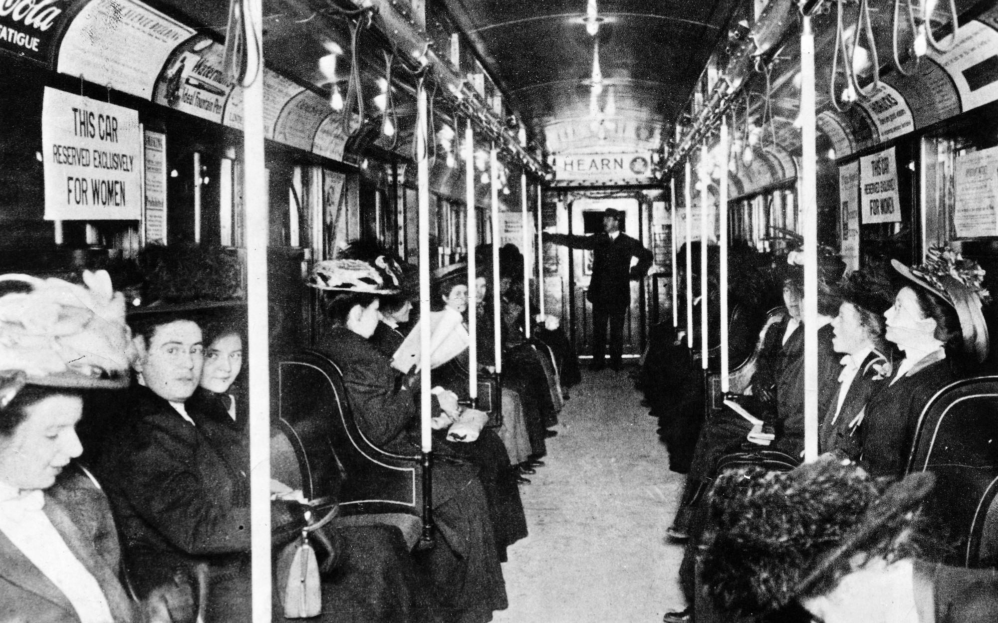 1919. New York City földalatti, kizárólag hölgyek részére kijelölt kocsi..jpg