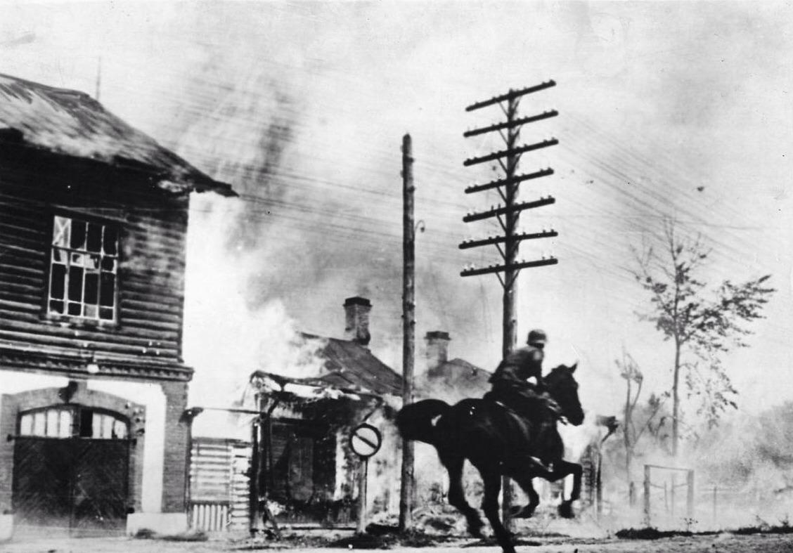 1941. Német futár vágtat át egy tüzérségi tűz alatt lévő szovjet városon._cr.jpg
