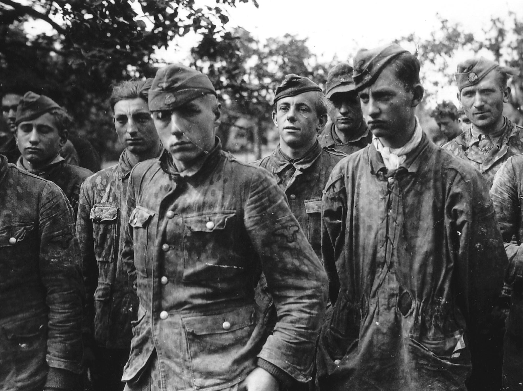 1944. Normandiában elfogott SS alakulat. Az égető emberhiány már jelentkezik, a tapasztaltabb vezető mellé fiatal fiúkat osztanak be..jpg