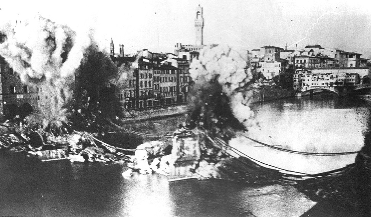 1944. Visszavonuló német csapatok robbantanak fel egy firenzei hidat._cr.jpg