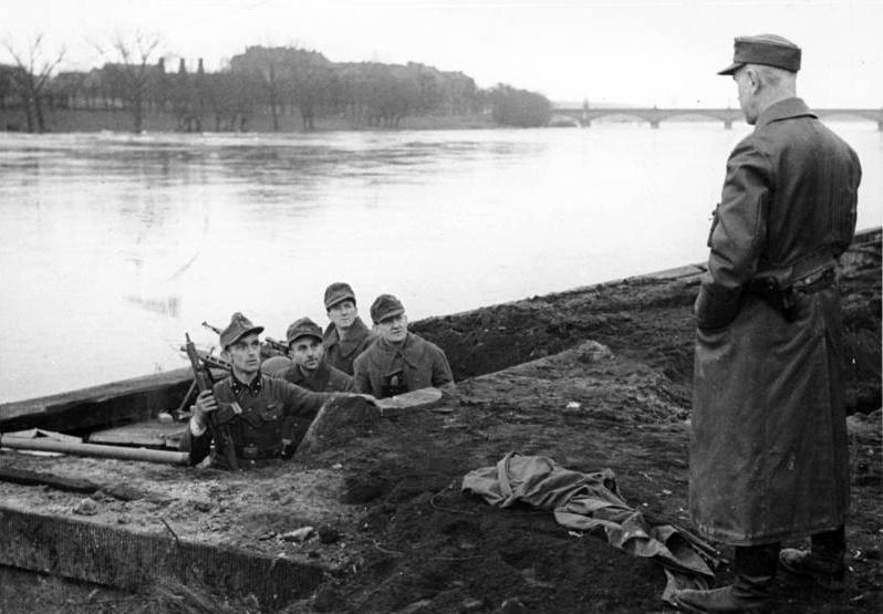 1945. Február. Volkssturm (civil ellenállás) katonák az Odera vonalát készülnek megvédeni a Vörös Hadseregtől..jpg