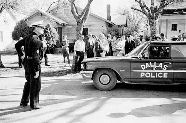1963. Kevesen tudják, hogy Oswaldot nem Kennedy meggyilkolása miatt vádolták meg, hanem Tippit miatt..jpg