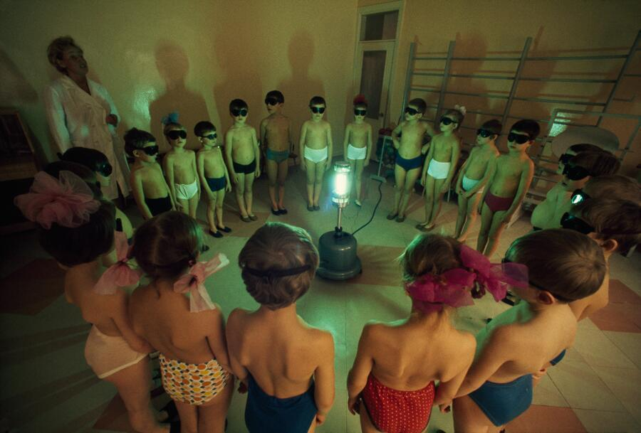 1977. Szovjetunió. Gyerekek az UV-lámpa körül, a D vitaminhiányt pótlandó..jpg