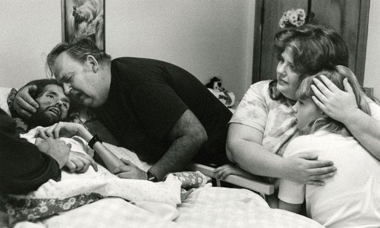 1990. David Kirby családjával halálos ágyán, aki megengedte hogy a LIFE magazin fotósa megörökítse utolsó heteit. A képsorozat nagy vihart kavart..jpg