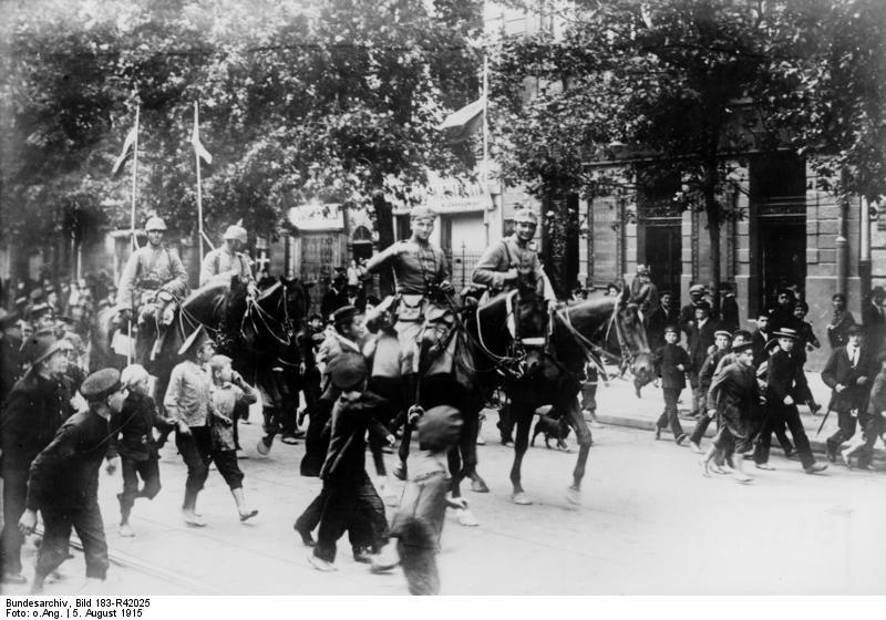 1915. Német lovasság Varsóban..jpg