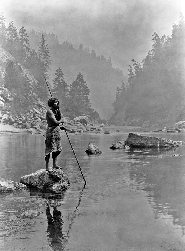 1923. Halász a Hupa törzsből a tónál. Kalifornia..jpg