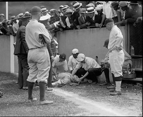 1924. Az eszméletlen Babe ruth fekszik a Griffin stadionban, miután a falnak rohant..jpg