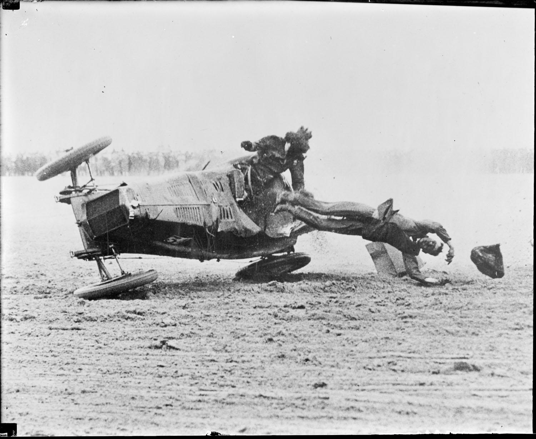 1928. Miss Mary Cunliffe női autóversenyző balesete. A vele utazó apja belehalt sérüléseibe..jpg