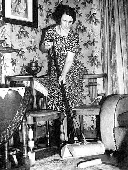 1941. Brit nő a fel nem robbant gyújtóbombák biztonságos felszedésére tervezett eszközt próbálja..jpg
