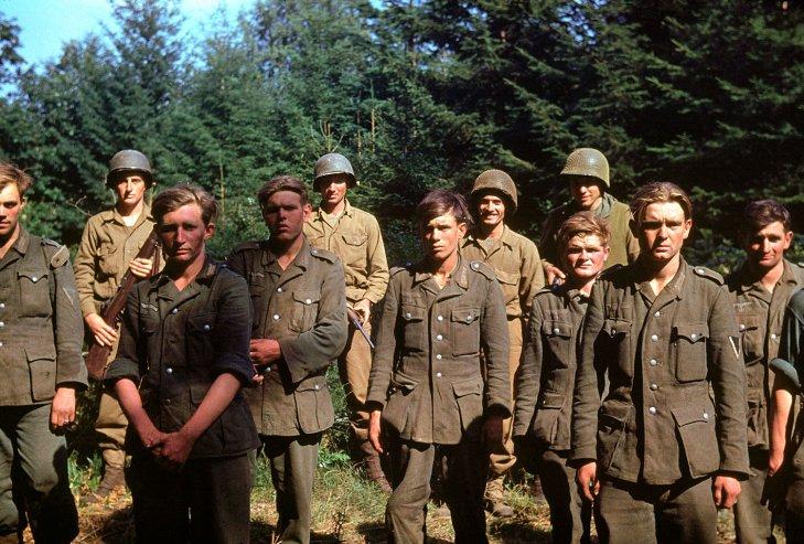 1944. Fogságba esett német csapatok Normandiában..jpg