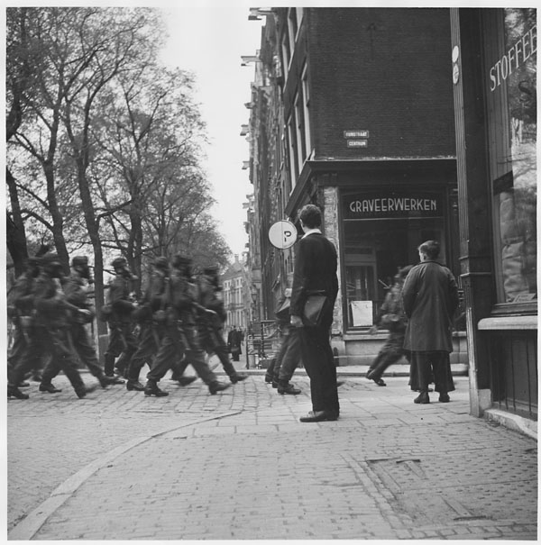 1944. Október. Amszterdam. Német katonák gázálarcban a belvárosi utcán..jpg