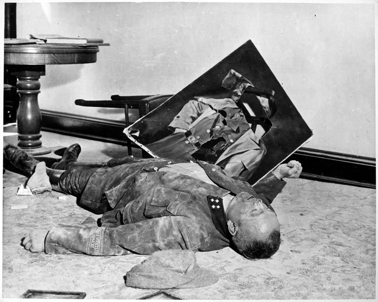 1945. Április 19. Walter Dönicke Volkssturm parancsnok a Lipcsei városházán lett öngyilkos egy Hitler portré mellett, néhány órával a szövetséges csapatok bevonulása előtt..jpg