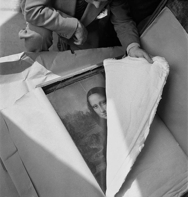 1945. Mona Lisa visszatér a Louvre-ba a háború befejeztével..jpg