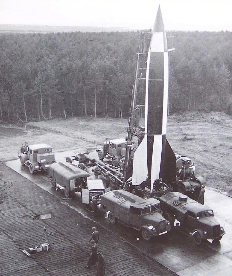 1945. V-2 rakéta kilövésre készen Cuxhavenben, Németország. A britek által elfoglalt támaszponton kísérleti céllal a háború vége után lőtték ki a megmaradt rakétákat..jpg
