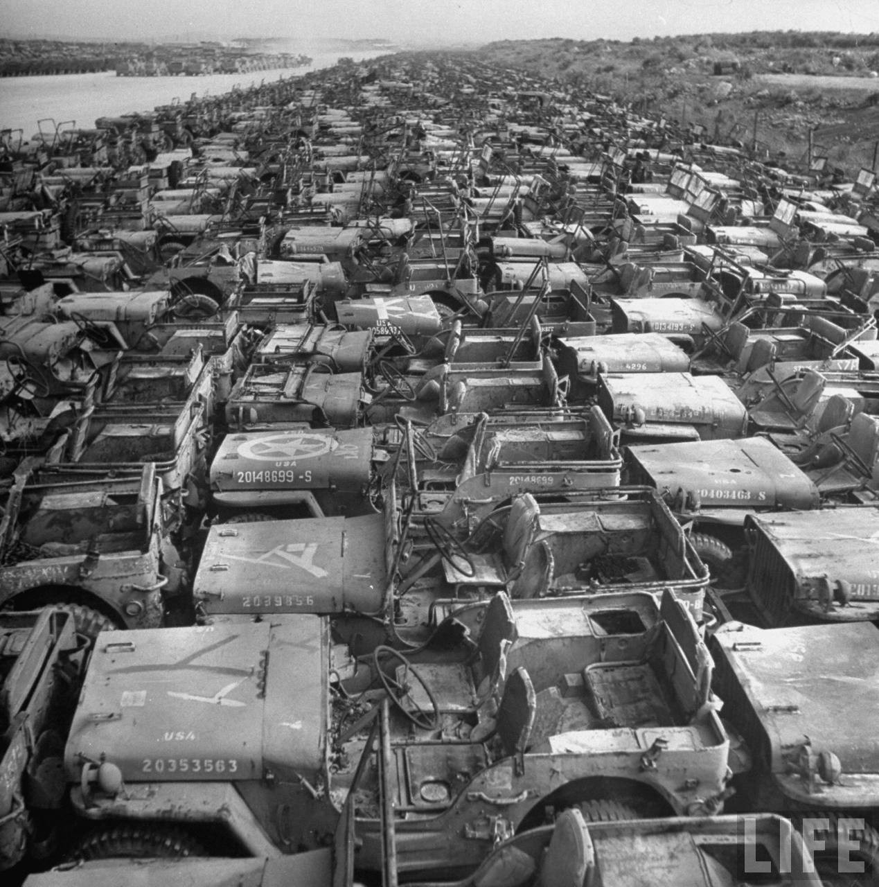 1949. Okinawa. Amerikai háborűs dzsipek és szállítójárművek ezrei várnak megsemmisítésre..jpg