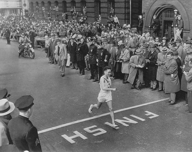 1951. Boston Marathon. A japán Hiroshina túlélő Shigeki Tanaka érkezik elsőként a célba. A tömeg halk döbbenettel figyelte, semmi ováció, vagy hangos szó. Hátborzongató volt..jpg