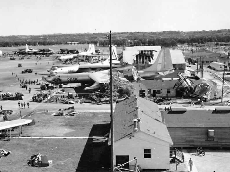 1952. Hihetetlen erejű tornádó csapott le a Carswell Légibázisra. 95 repülőgép rongálódott meg. A szemtanúk szerint a gépek, mint üres tejesdobozok repkedtek2..jpg