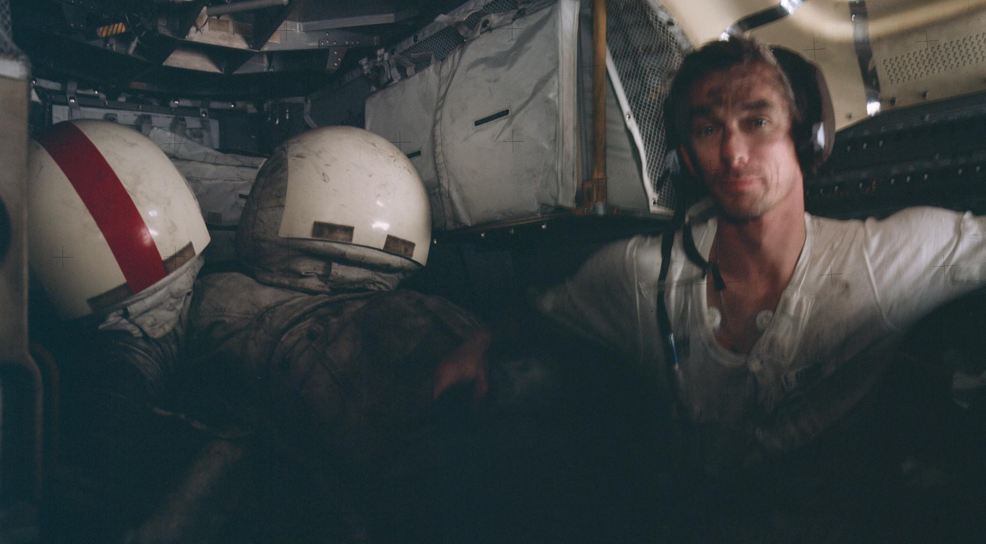 1972. Eugene Cernan az Apollo 17 űrhajósa holdkompban az űrséta után. Por van odafent....jpg