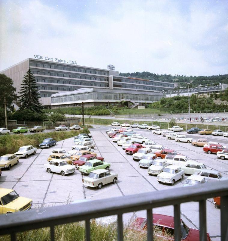 1978. Carl Zeiss művek parkolója Jena,Kelet-Németország_cr.jpg