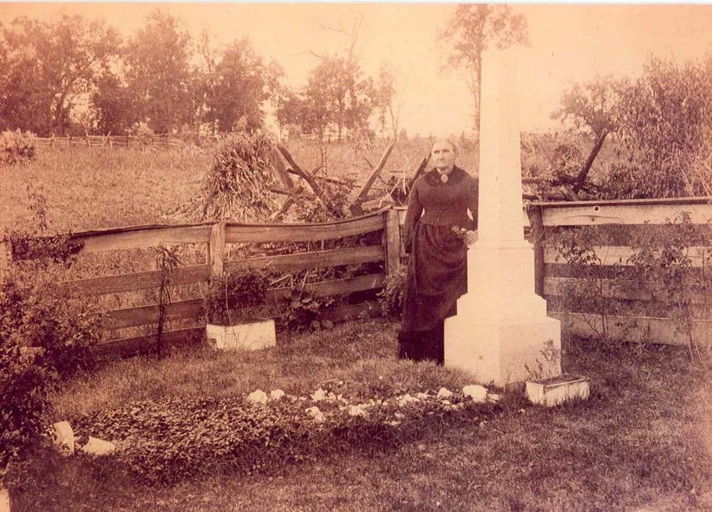 1882 körül. Jesse Jmese anyja meggyilkolt fia sírjánál. James a kései vadnyugat leghíresebb banditája volt. Bandatársa ölte meg vérdíjért..jpg