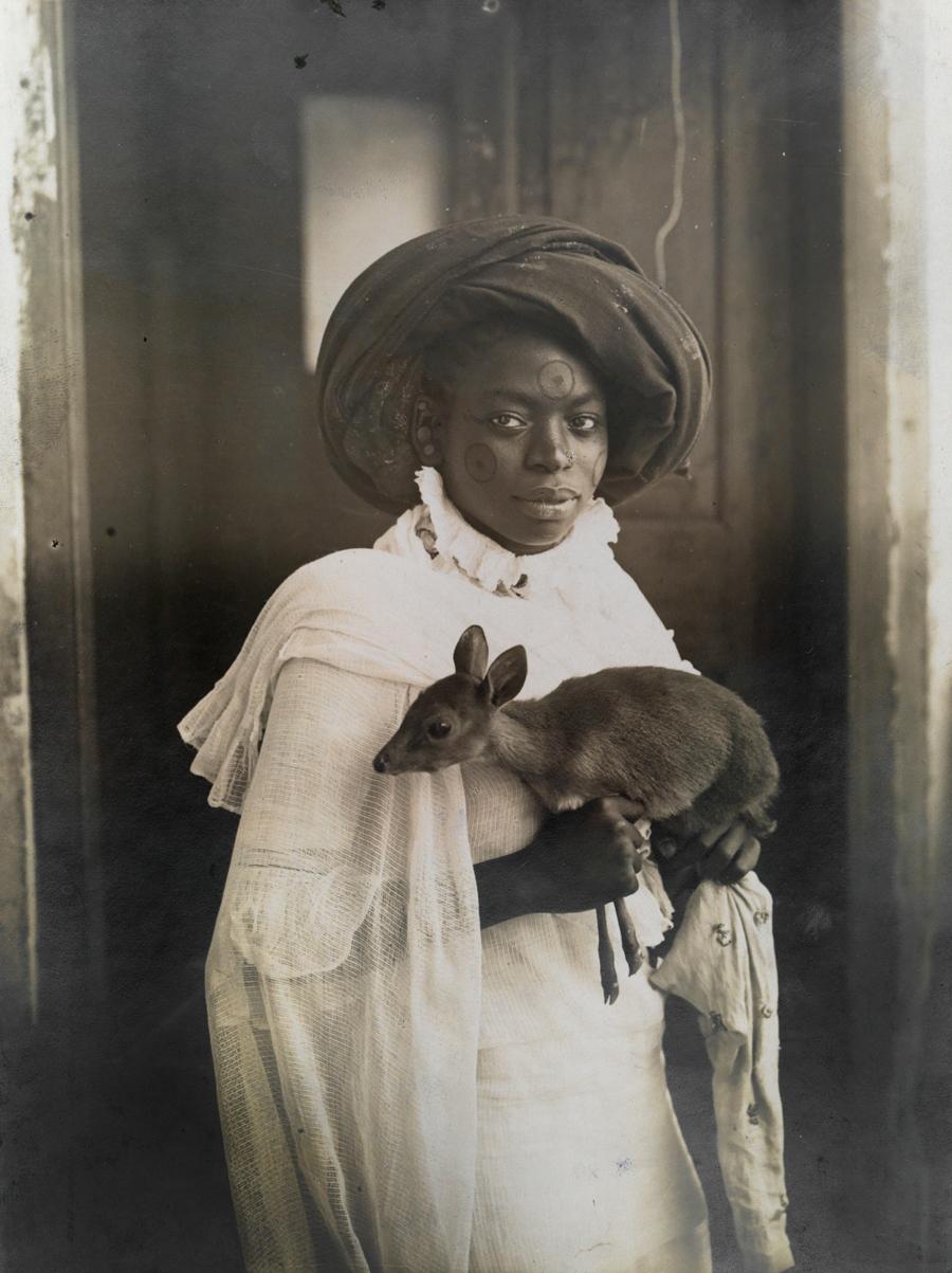 1909. Fiatal kenyai lány kis szarvassal..jpg