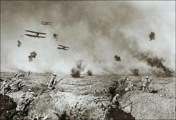 1916 körül. Harci repülőgépek belga lövészárkok fölött.jpg