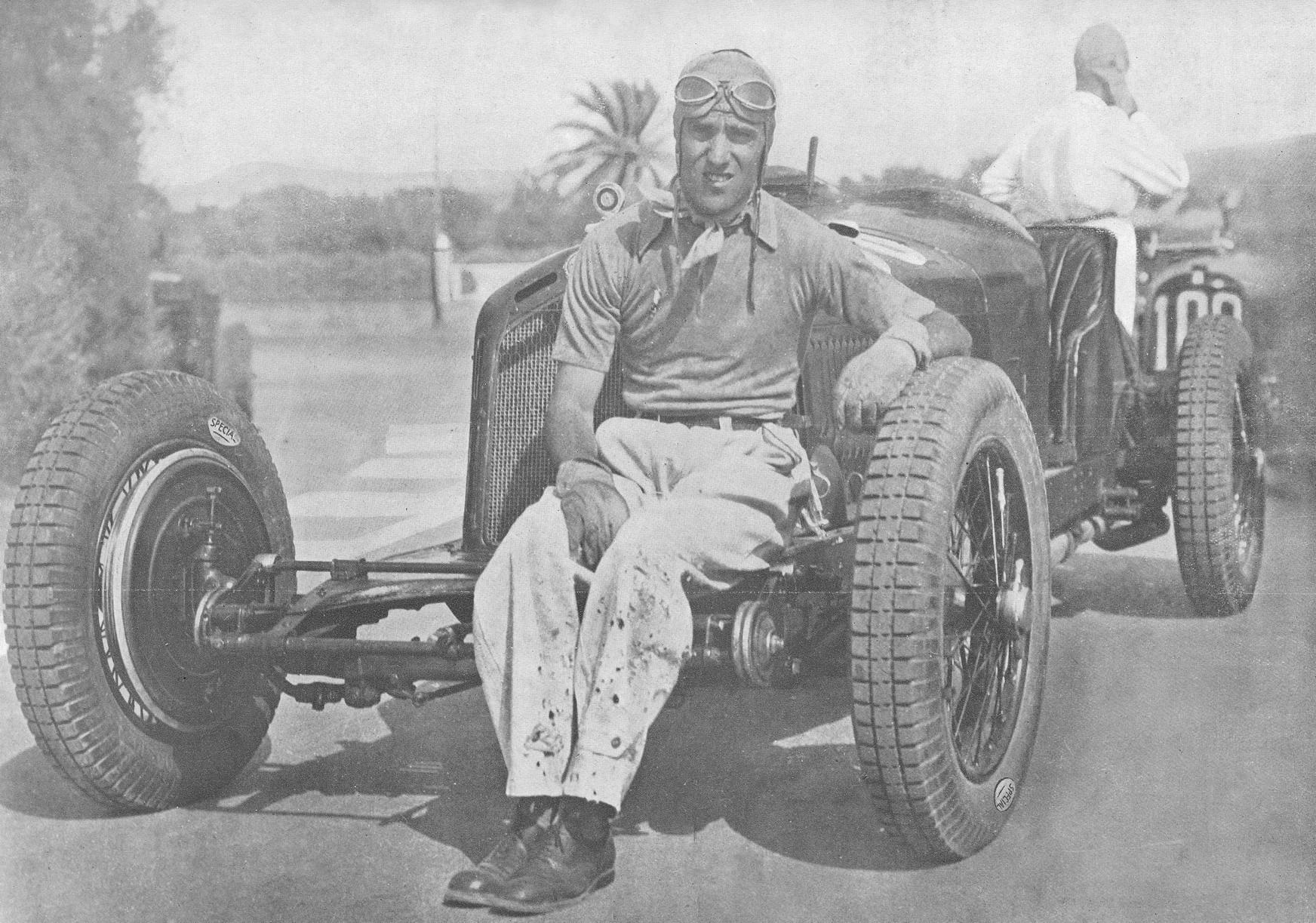 1931. Tazio Nuvolari és Alfa Romeo 2300 8C-je, Livorno, Olaszország. 1932-ben lett Grand Prix győztes, Európa-bajnok..jpg