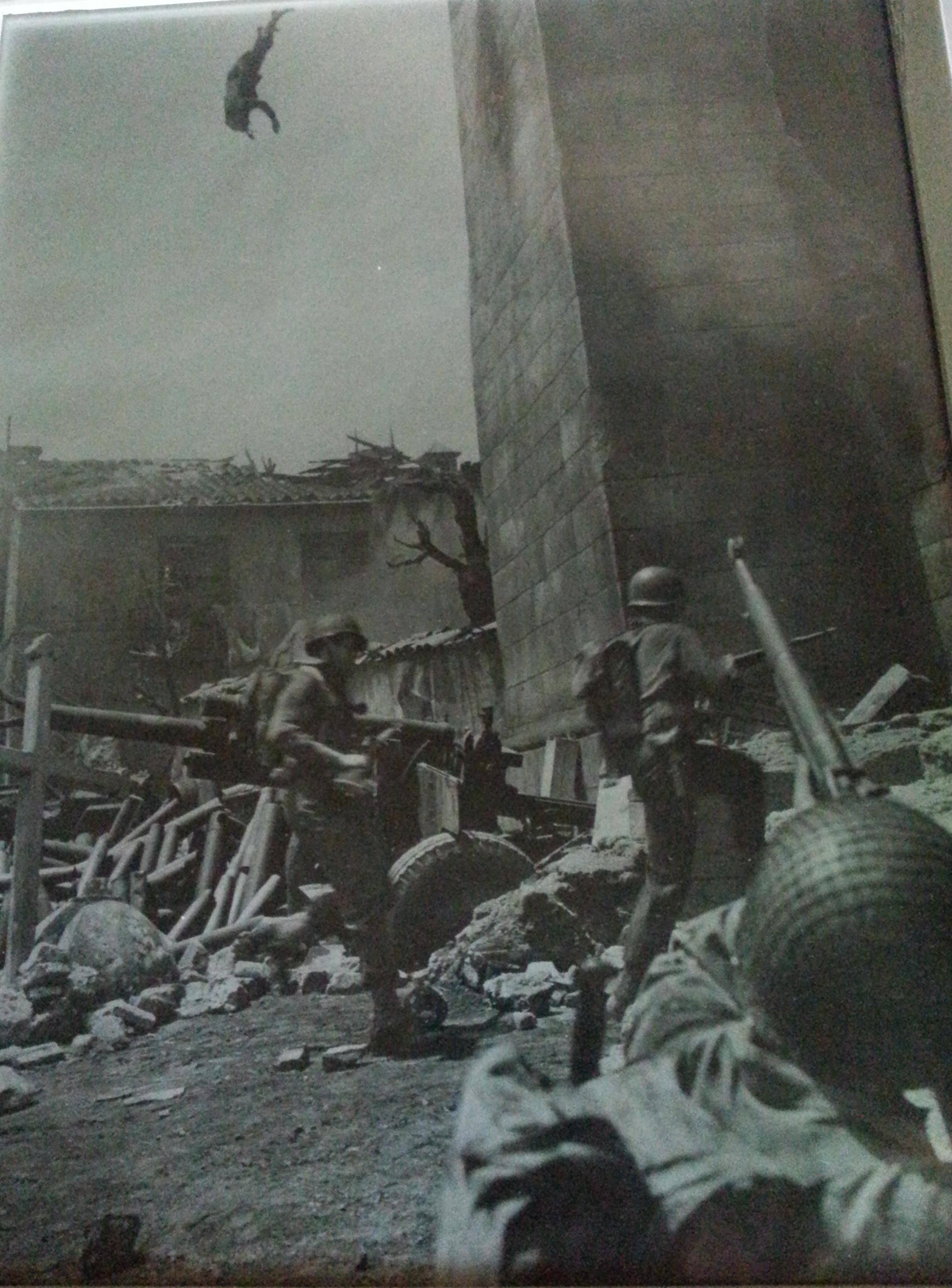1944. Elképesztő, ha nem manipulált. Egy árverésen vásárolt ismeretlen fotós képe. Szövetségesek valahol Olaszországban. Kilőtt mesterlövész zuhan le a toronyból..jpg