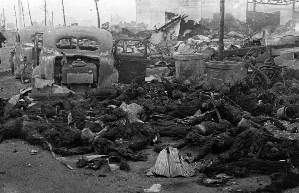 1945. Március. Tokió gyújtóbombázása után elszenesedett civilek az utcákon..jpg