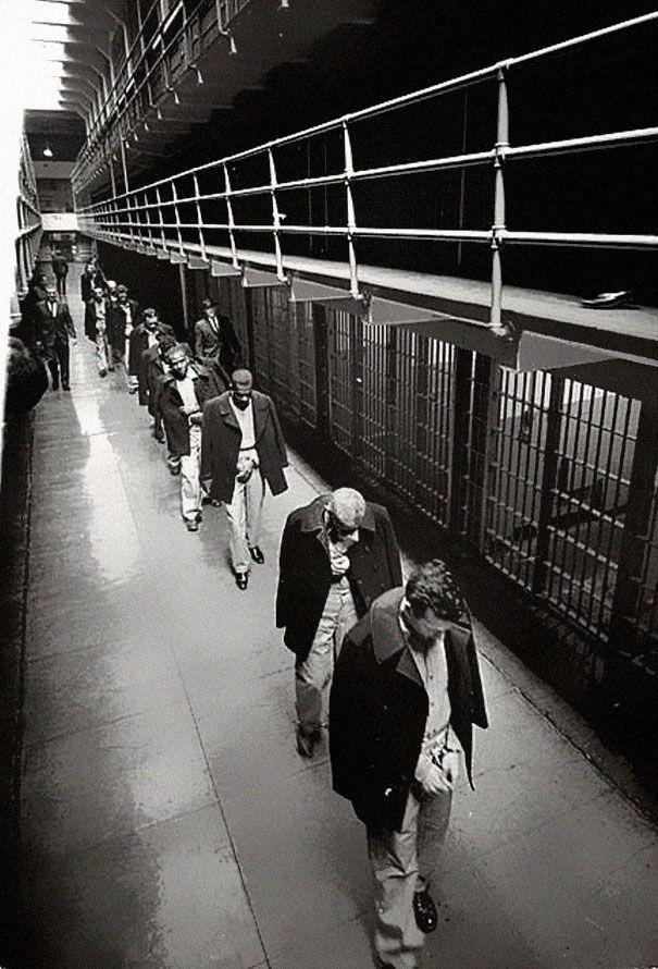 1963. Az utolsó foglyok hagyják el az Alcatrazt a bezárásakor.jpg