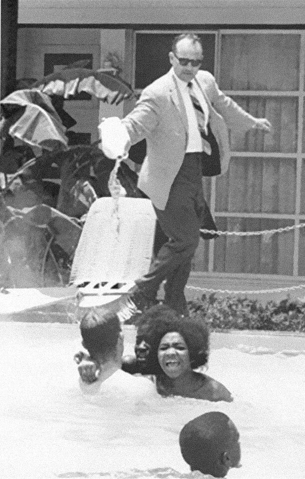 1964. Fehér moteltulajdonos savat önt a medencébe, hogy a szabályszegő színeseket elijessze..jpg