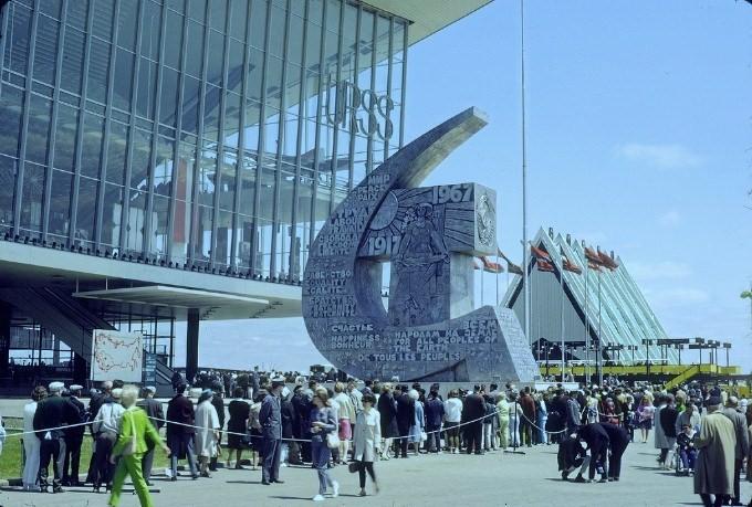 1967. Hosszú sor kígyózik a szovjet pavilon előtt a montreali világkiállításon..jpg
