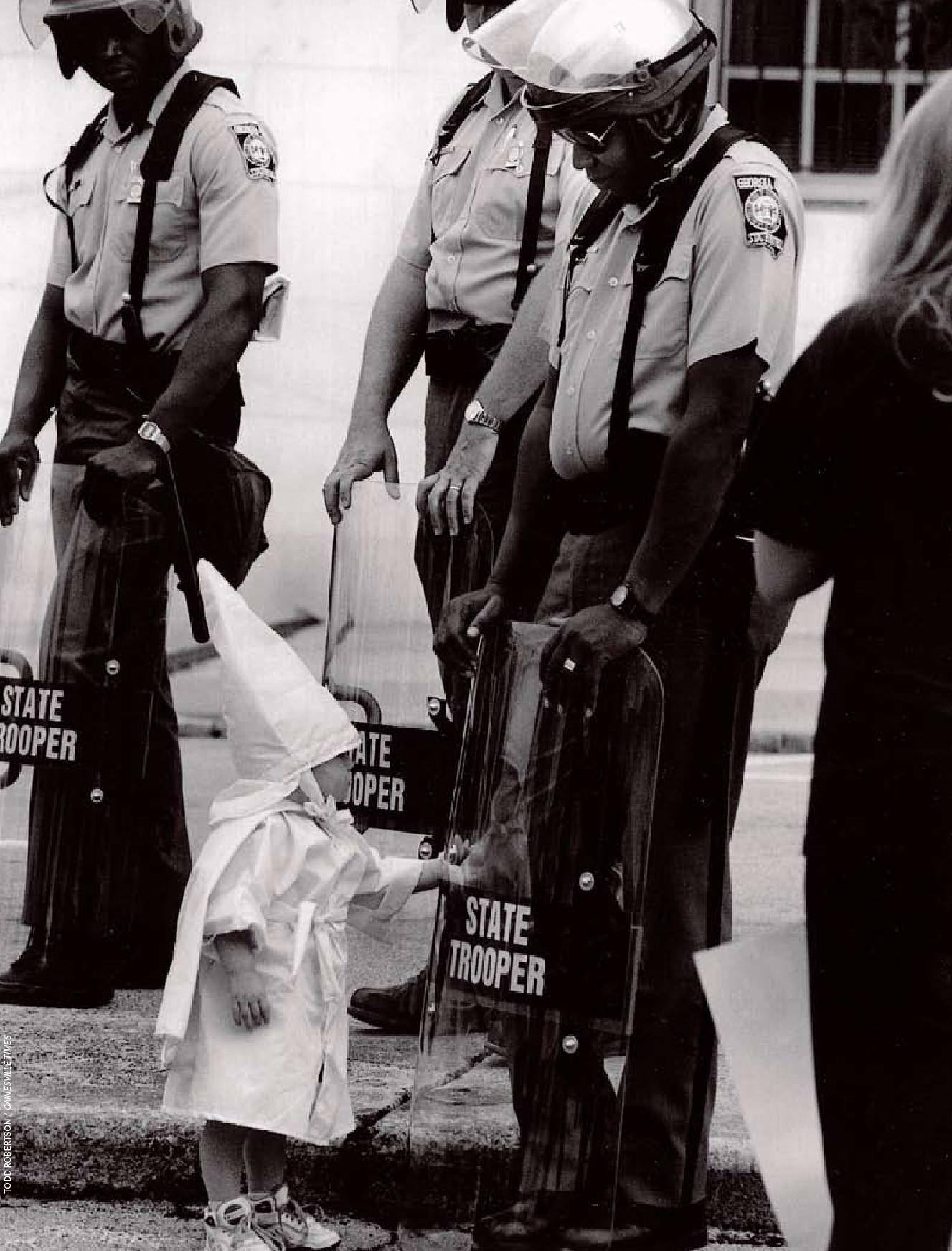 1992. Gainsville, USA. Ku-klux-klán demonstráció legifjabb tagja..jpg
