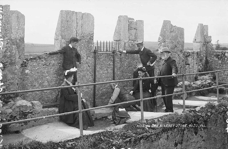 1897. A Blarney Stone megcsókolása. A legenda szerint aki az ír kastélyban lévő követ megcsókolja, az ékesszóló lesz..jpg