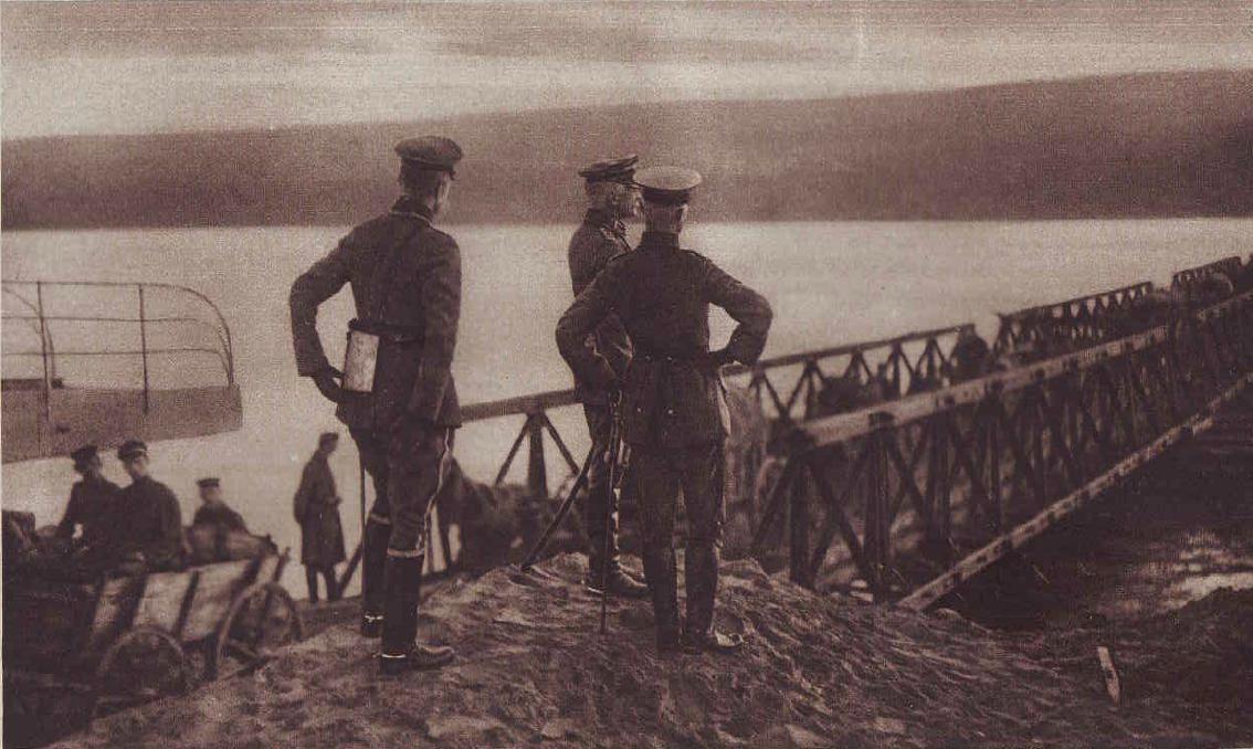 1916. Von Mackensen marsall a Duna román oldalán figyeli a pontonhídon átkelő egységeit Szvistovnál.JPG
