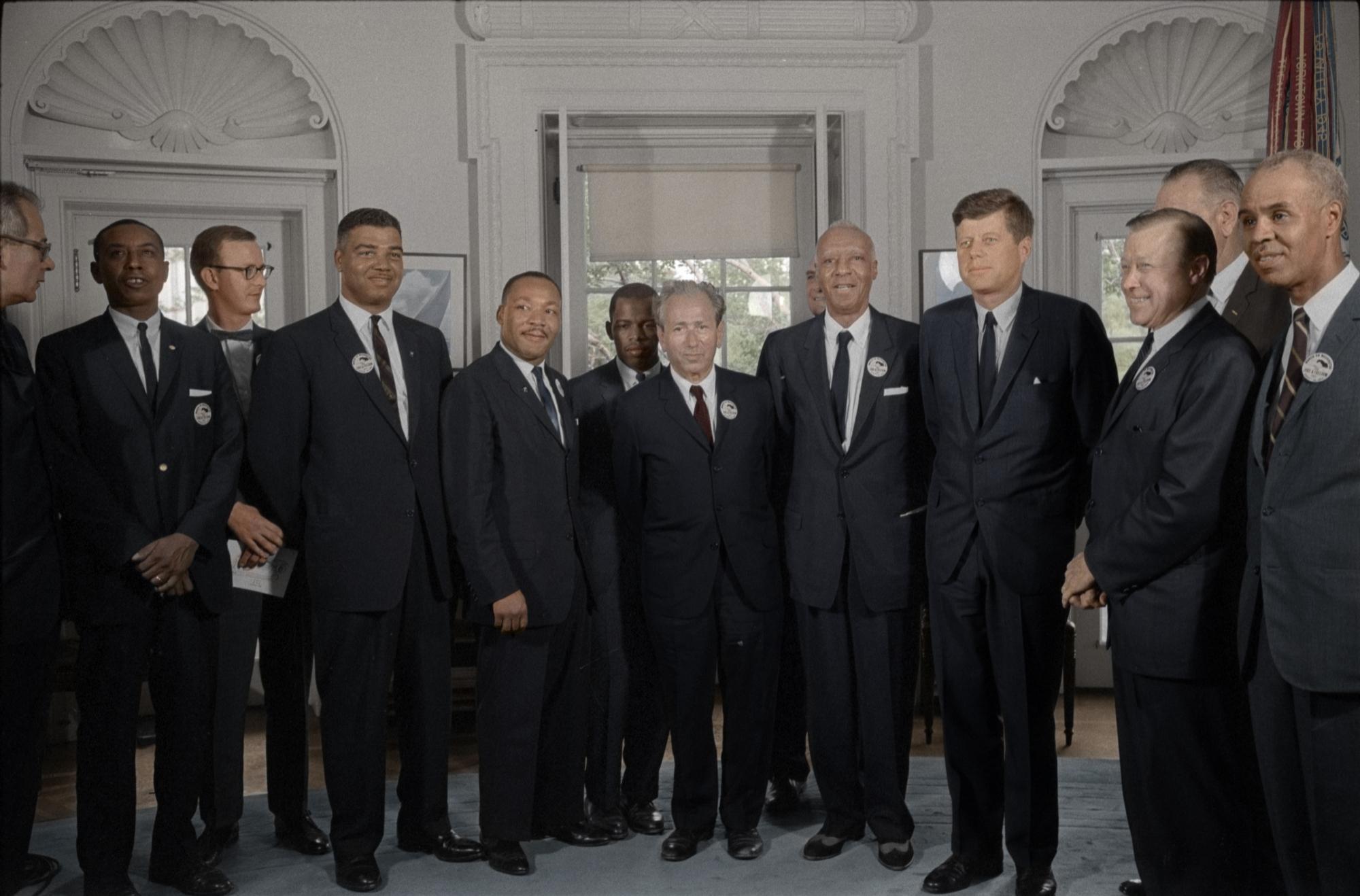 1962. Kennedy elnök találkozik Martin Luther Kinggel és más emberjogi aktivistákkal a Fehér Házban. Egyes elméletek szerint JFK-nek ezek miatt a lépései miatt kellett meghalnia..jpg