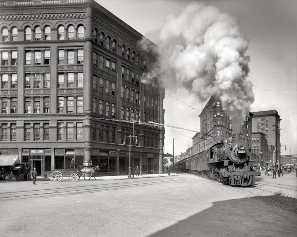 1905. Syracuse, New York. Empire State Express keresztezi a város forgalmas utcáját..jpg