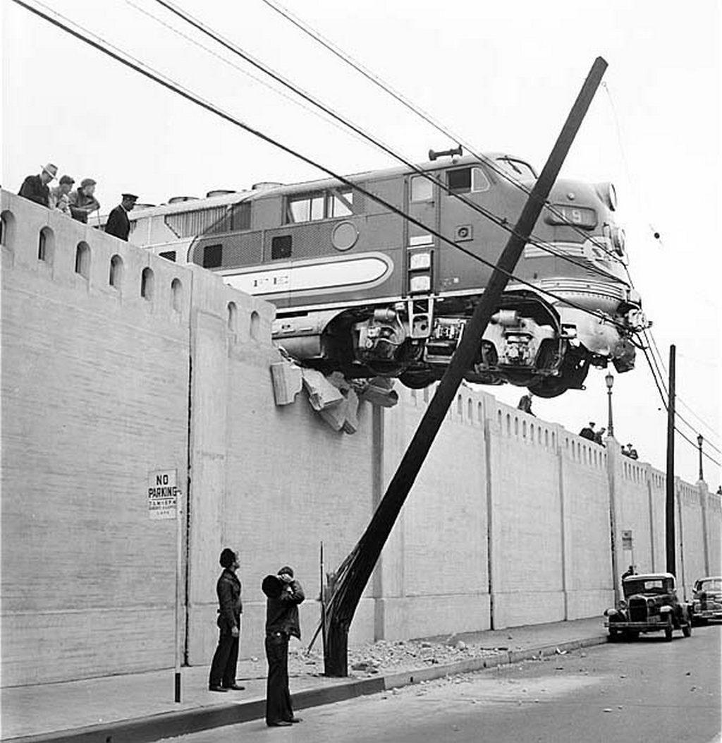 1948. A Chicagoból Los Angelesbe tartó gyorsvonat a végállomás ütközőjét átszakítva az utcaszint fölött állt meg. A mozdonyvezetőt elbocsátották..jpg