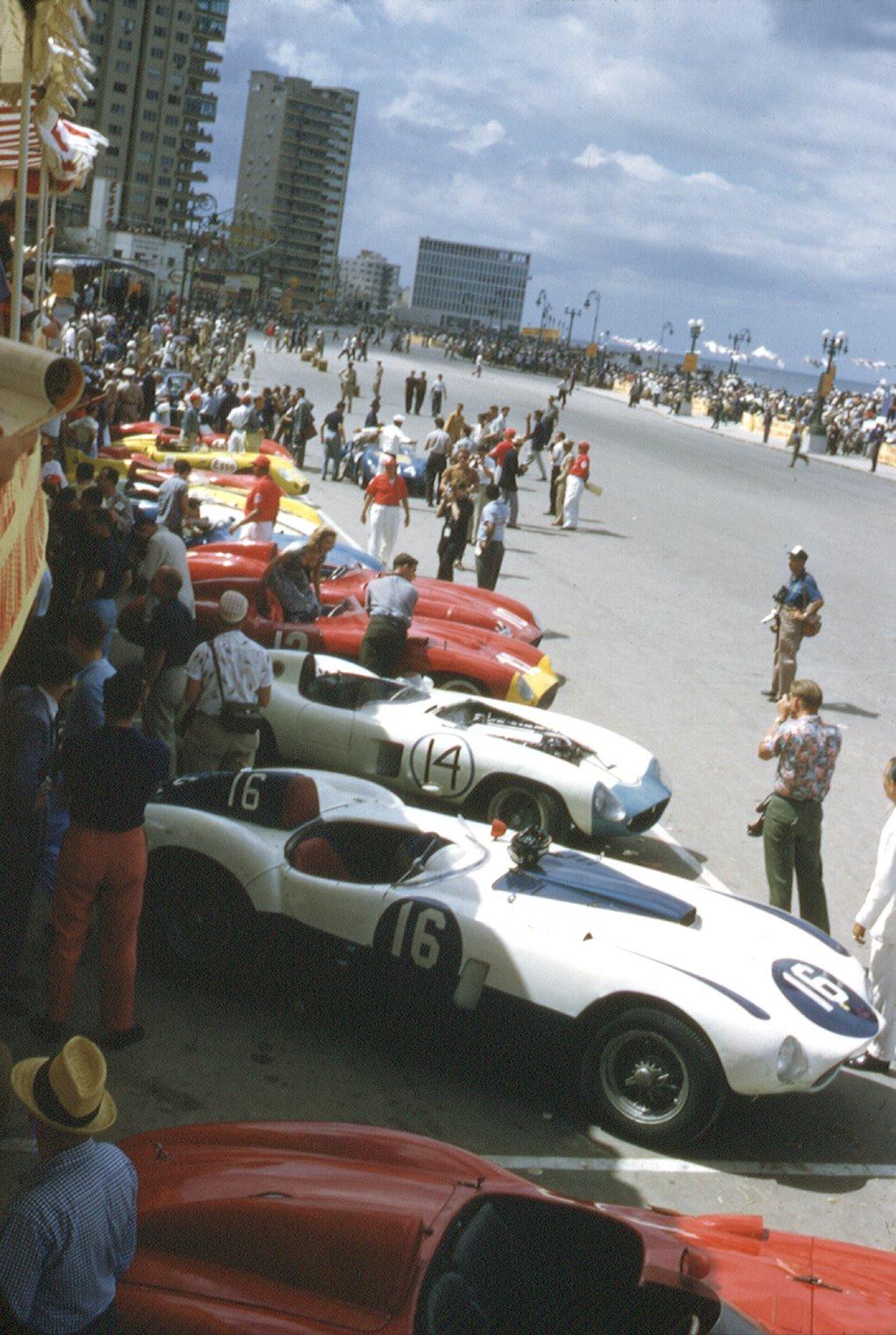 1958. Kubai Grand Prix. A forradalom már javában tart és azévben Havannát is eléri, mely Battista távozásával zárul le. De a kaszinók és szállodák itt még javában üzemelnek..jpg