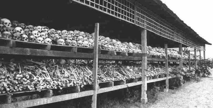 1975 és 1979 között a kambodzsai Pol-Pot vezette totalitárius kommunista rezsim idején milliókat végeztek ki. Betiltották a pénzt, a zenét, de még a városokat is megszüntették..jpg