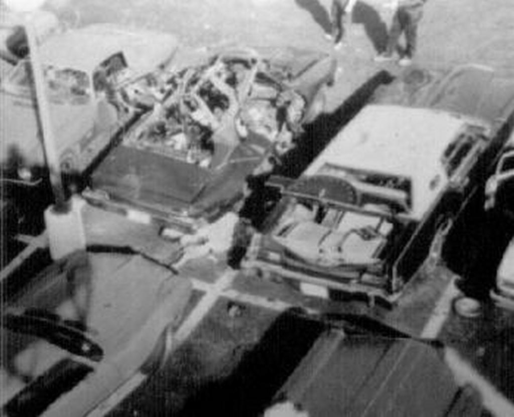 1977. Danny Greene maffiafőnök holtteste felrobbantott autója mellett..jpg