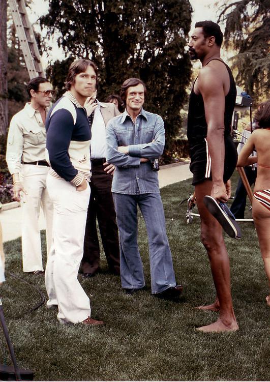 1977. Schwarzenegger a Playboy villában Hugh Hefnerrel..jpg