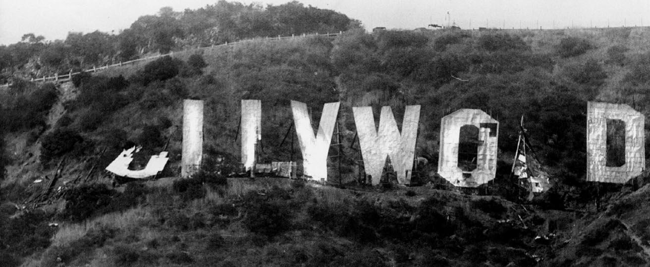 1978-ra a Hollywood felirat teljesen tönkrement, szükség volt a felújítására. Az egyik O betűt Alice Cooper fizette..jpg