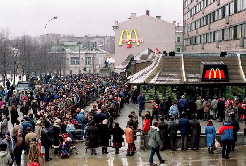 1990. Az első moszvai McDonalds megnyitására váró tömeg..jpg