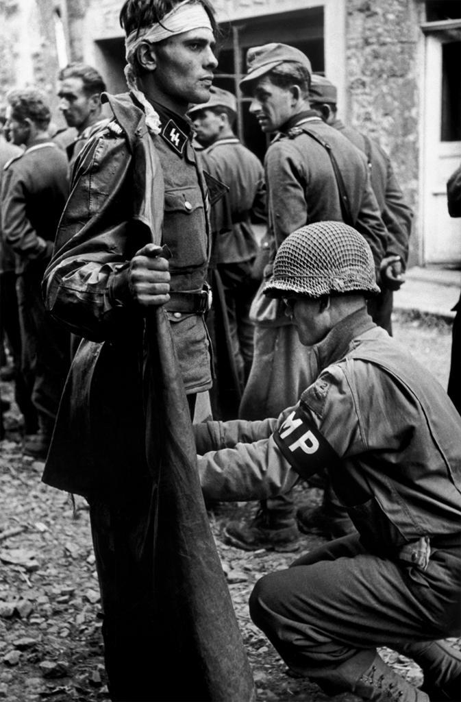 1944. Normandia. Civil kabátban menekülő SS tiszt elfogása és motozása..jpg