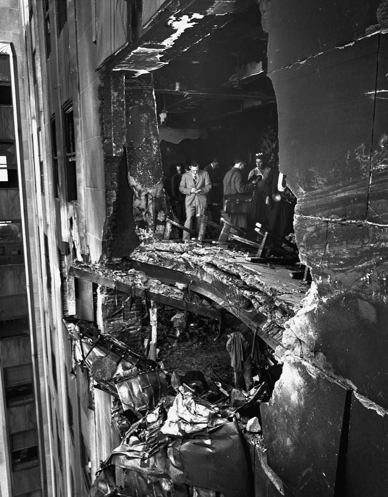 1945. B-25-ös bombázó ütközött az Empire State Building-nek.jpg
